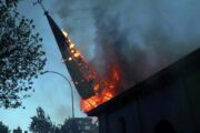 Protestos no Chile acabam em confronto e igreja é incendiada