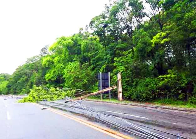 Queda de postes congestiona trânsito na saída de Ipatinga para Caratinga