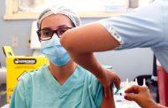 Governo de Minas vacina profissionais de saúde em BH