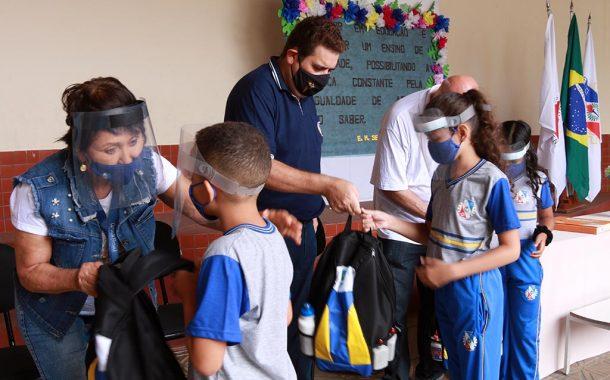 Fabriciano inicia entrega dos kits escolares