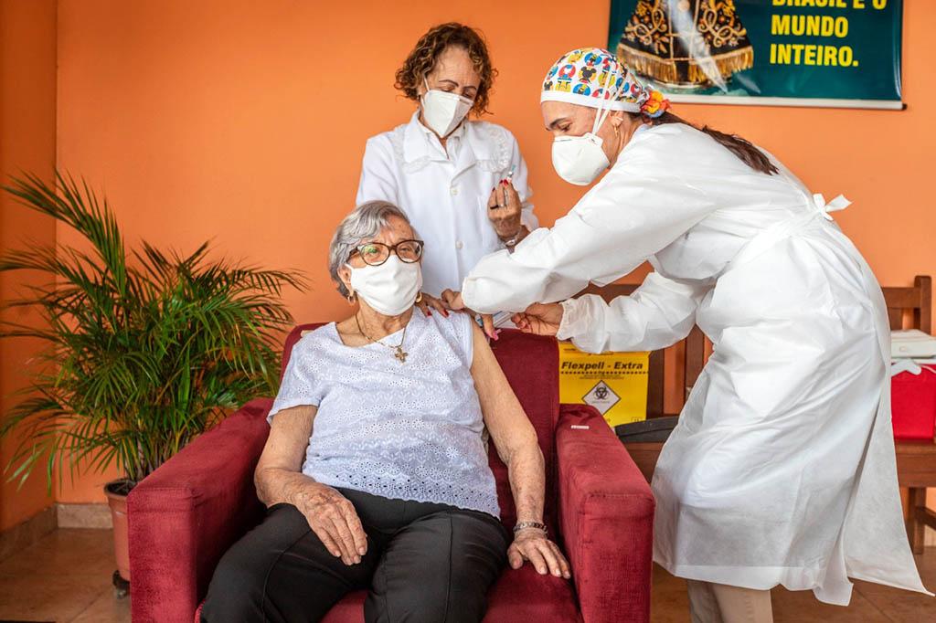 Covid-19: Ipatinga inicia imunização de idosos acima de 90 anos